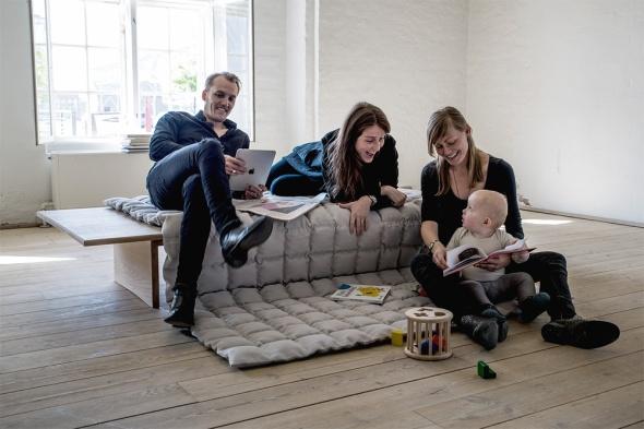 Briksen er fritstående og kan indtages fra alle sider. Delen til at sidde på er foldet ud på gulvet, som bliver en del af møblet, og skaber yderligere opholdsmuligheder. Enten siddende med briksen som ryglæn eller liggende.